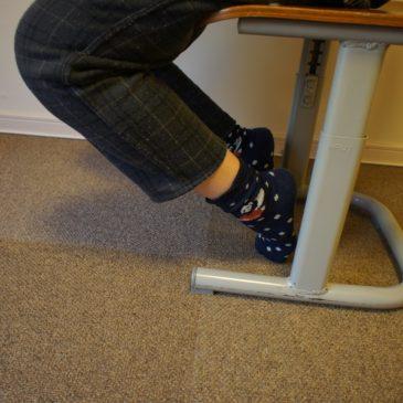 椅子に座ると踵が上がるのはなぜ?