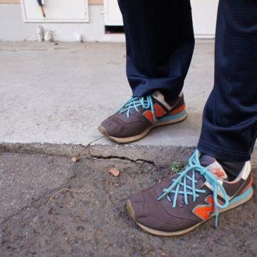 短い脚に高さ調節のかかとの高い靴や中敷きを入れてはいけません。