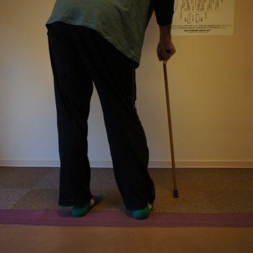 もし、左半身マヒの場合どちらの杖のつき方が正解でしょうか?
