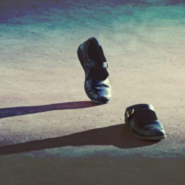 左つま先が靴にあたる